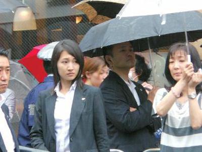 石田萌美(左二)工作照