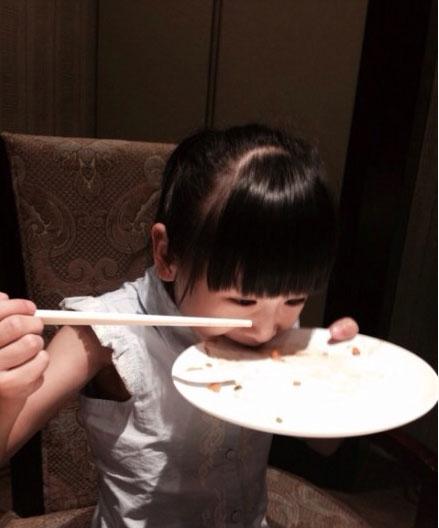 """森蝶""""饿虎扑食""""吃面条。"""