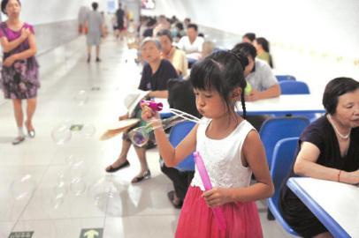 26日,成都天气炎热,很多市民带着老人和小孩到防空洞内纳凉。市民告诉记者,洞内温度只有26℃,比空调还巴适。吴小川 摄