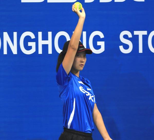王思宁在球童服务中,摄影:罗兆鸿