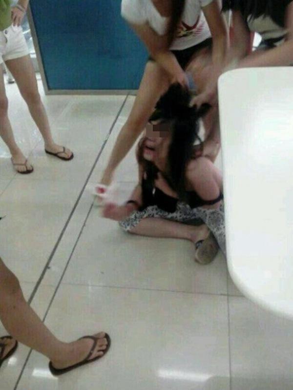 发生多名女生扒衣打架事件