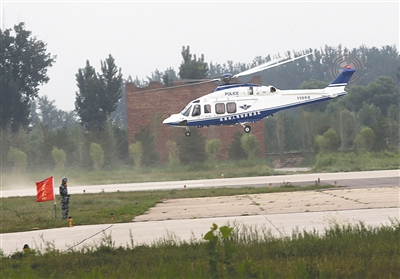 训练中的警务直升机。进入5月以来,警航总队每天对8条预定航线执行空中巡控。新京报记者 王贵彬 摄
