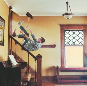 梦自己从楼梯上摔下来了
