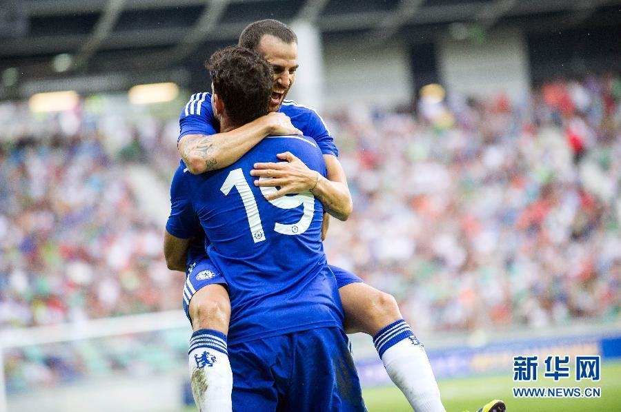 法布雷加斯(后)与队友迭戈·科斯塔在比赛中庆祝进球