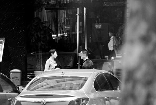 图为:7月10日,记者(右)以雇主身份与代孕公司工作人员见面记者申度 姬栋 佘影