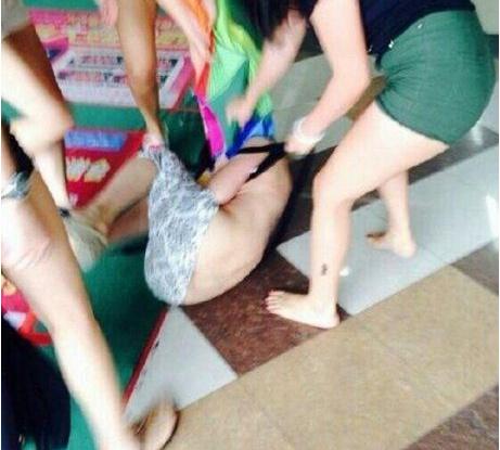 张洪泉:疑为小三女子被扒光群殴 男人担当何在