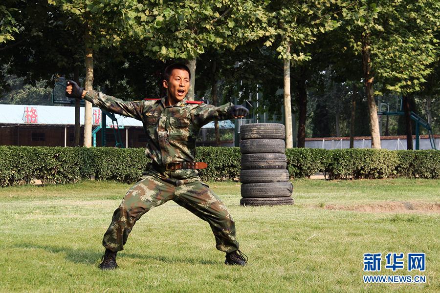刘驰/武警聊城支队官兵进行前扑表演。刘驰