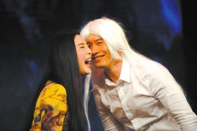 黄晓明在导演要求下戴假发出演白发魔女场面逗趣.图/cfp