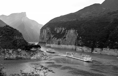 两艘满载着游客的三峡游轮在瞿塘峡的夔门水域航行(6月24日摄)。新华社发