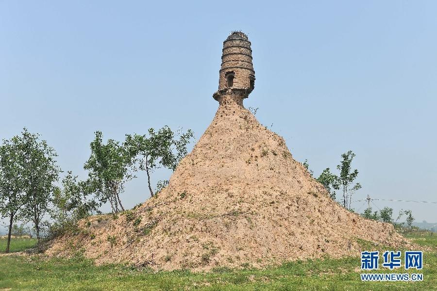 """近日,山西省祁县一座半悬空的清代古塔引起中国媒体和网友的关注。这座因长期得不到保护、塔基只剩一半的文峰塔""""屹立""""在荒野之中,被媒体冠之以""""塔坚强""""之名。"""