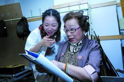 韩玉敏(右)在后台指点爱徒吴佳倩。