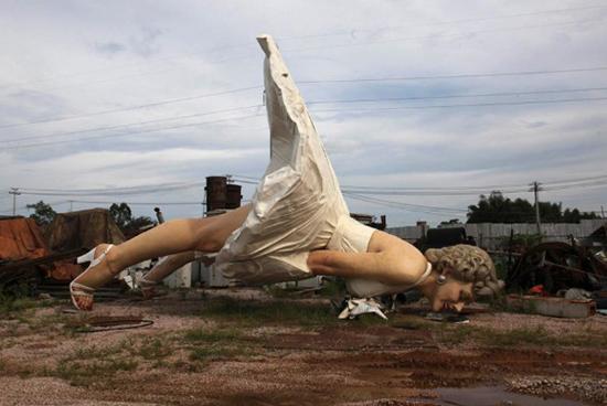 广西贵港,在街头矗立6月多月后,这尊巨型玛丽莲・梦露雕像被拆除,并被运至一处垃圾处理站。