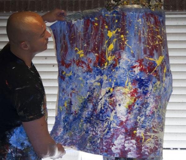 荷兰艺术家用拳头打沙袋作画,边发泄情绪边创作。