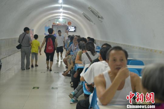 市民在成都人民公园的地下防空洞里纳凉避暑 张浪 摄