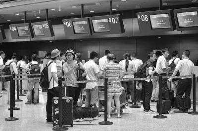 7月29日,乘客在上海虹桥机场等待办理登机手续。新华社发