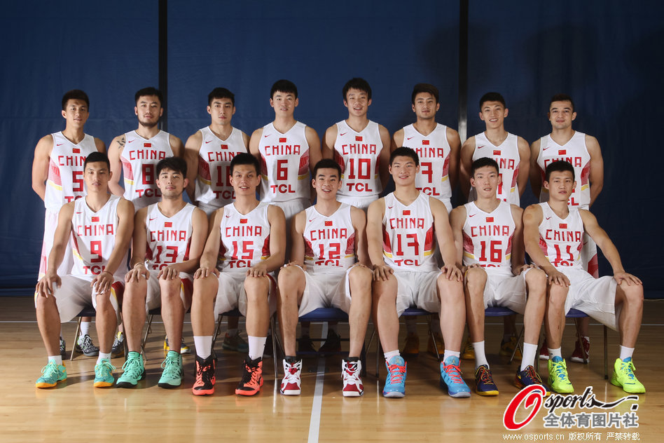 组图:中国男篮拍摄最新写真 山东两人小丁呆萌