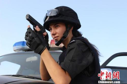 新疆麦盖提县27岁的维吾尔族姑娘米日办买买提明曾多次荣获模特比赛冠亚军,但她在成名之后考取了麦盖提县公安局一名特警。 张胜开 摄