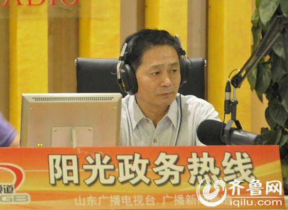 山东省交通运输厅党组副书记、副厅长范正金认真解答听众疑问。(齐鲁网记者 满倩 摄)
