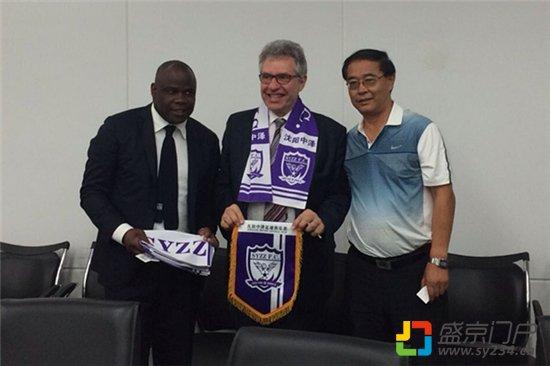 欧塞尔足球俱乐主席与沈阳中泽俱乐部总经理黄祖刚交换队徽