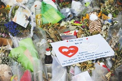 7月29日,阿姆斯特丹机场,乘客悼念马航MH17遇难者。