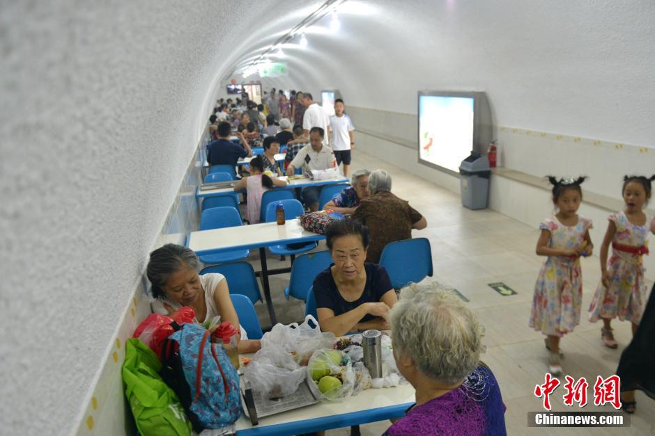 成都开放防空洞为民众解暑 免费提供报纸、茶水