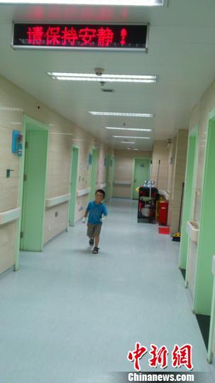 图为小豪在医院走廊里玩耍。 李洋 摄