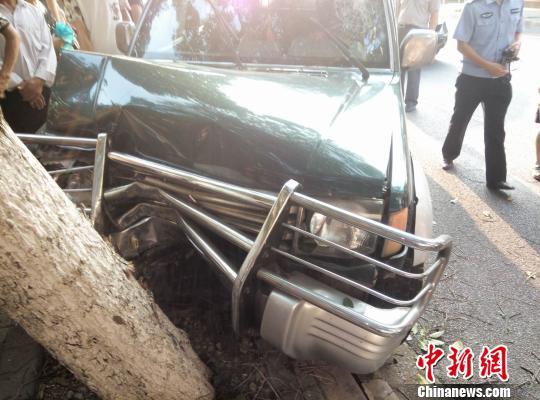 女司机驾驶的无牌越野车失控撞到行道树被迫停下。 杨奎 摄