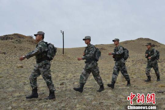 """通电后,监控探头成了边防战士们的""""千里眼"""",助力战士们守土固边。 石怀平 摄"""