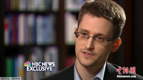 """资料图:""""棱镜门""""曝光者爱德华・斯诺登接受美国全国广播公司(NBC)的独家采访。"""