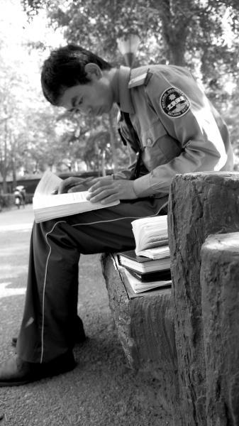 两年前,刘生生在北外当保安,利用业余时间学英语。刘生生供图