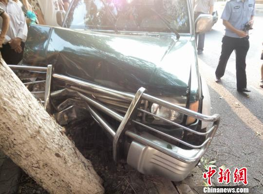 女司机驾驶的无牌越野车失控撞到行道树被迫停下。
