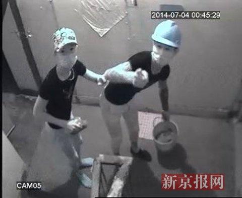 图为当晚监控拍下的两名泼粪的不明人员(图片由魏先生提供)