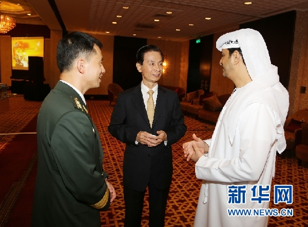中国驻阿联酋大使黄杰民(左三)、中国驻阿联酋使馆武官汤浩(右三)与阿军方代表纳格比准将(左四)以及部分国家驻阿使节出席庆祝中国人民解放军建军87周年招待会。