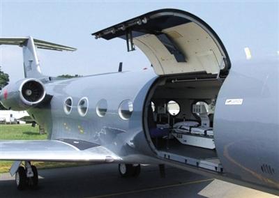美国派出的接埃博拉病毒感染者回国治疗的飞机,以及机上所使用的严密隔离的箱子。