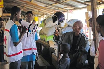 日前,联合国儿童基金会工作人员在几内亚宣传防治埃博拉病毒。
