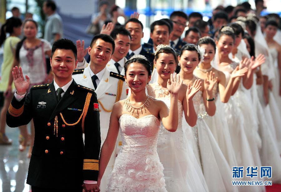 军人集体婚礼庆祝建军节(高清组图)