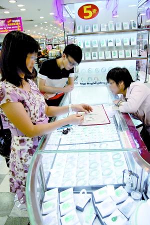 """""""七夕""""前广州市传统珠宝热销。"""