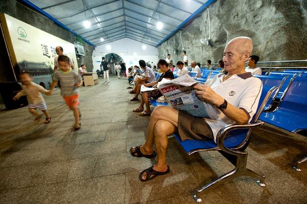 8月2日,市民在福州乌山北坡人防纳凉点内纳凉休闲。