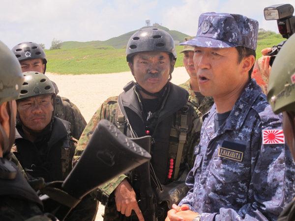 """资料图:当地时间2014年7月29日,美国Kaneohe海湾,正在举行的""""环太平洋-2014""""多国联合军事演习上,日本军队举行两栖登陆作战实践训练。"""