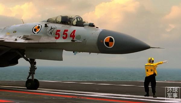 资料图:4月21日,首部关于中国航母辽宁舰舰载机部队训练的官方视频,在中航工业首度公开。视频从多个角度记录了我国首款舰载战斗机歼-15在辽宁舰航母上训练的珍贵影像。