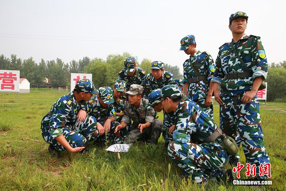 军事训练营_首届军事训练营第二日:学生已有点兵样子(组图)