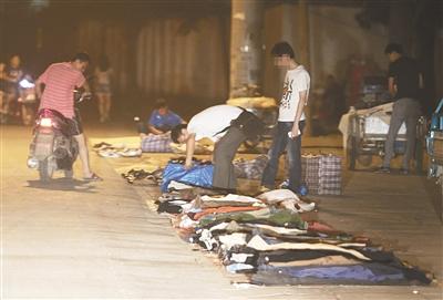 石景山一工地旁的旧衣摊,时常有工人前来光顾。