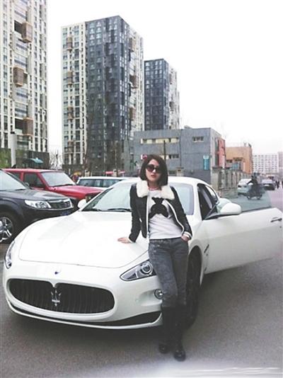 2011年6月,郭美美在微博里炫耀玛莎拉蒂跑车,引发舆论风暴。
