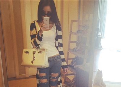 郭美美手挎奢侈品皮包自拍。图片均来自郭美美微博