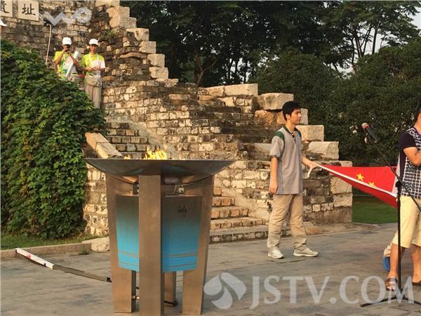 南京/8月8日,南京青奥会火炬实体传递共筑未来线,将在南京古城墙...