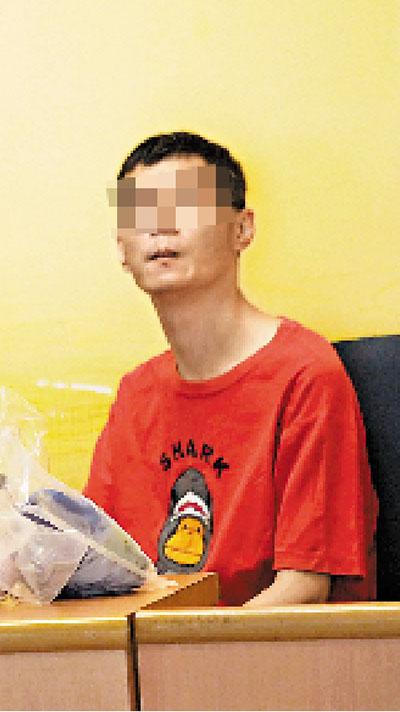 香港兴芳路交通意外伤者儿子呆坐警岗内等候母亲消息。来源 香港《文汇报》