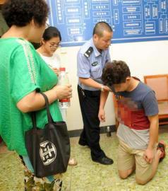 8月3日,李涛主动提出见一面死者家人,并下跪希望得到原谅。