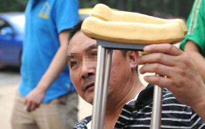 在事故中受伤的吴先生