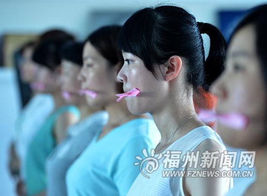 女保镖们要进行礼仪训练,抿小纸条练习仪容。