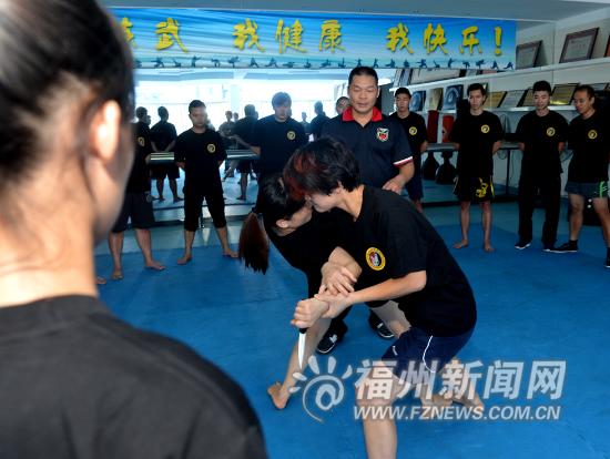 教练传授空手夺白刃的格斗技巧
